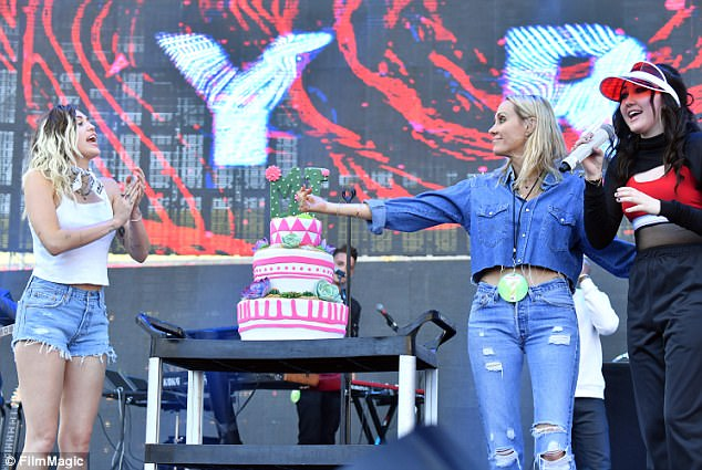 Yêu Liam say đắm, Miley Cyrus đeo cả hoa tai có tên bạn trai - Ảnh 7.