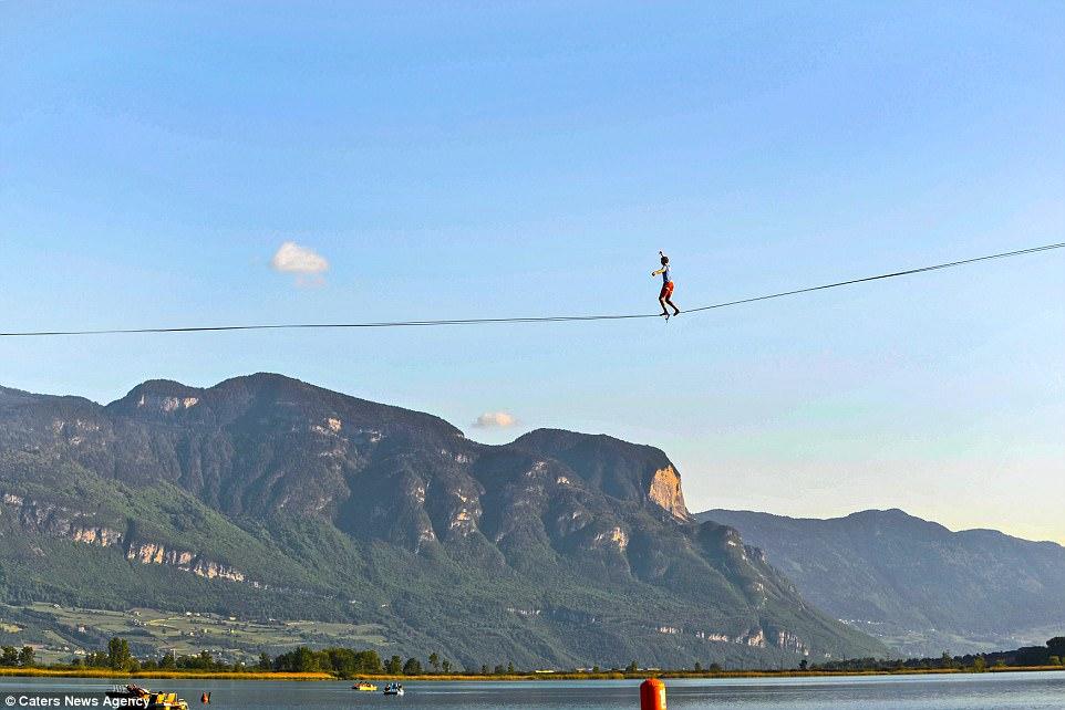 Ba anh chàng mạo hiểm đi dây băng qua hồ gần cả cây số - Ảnh 3.