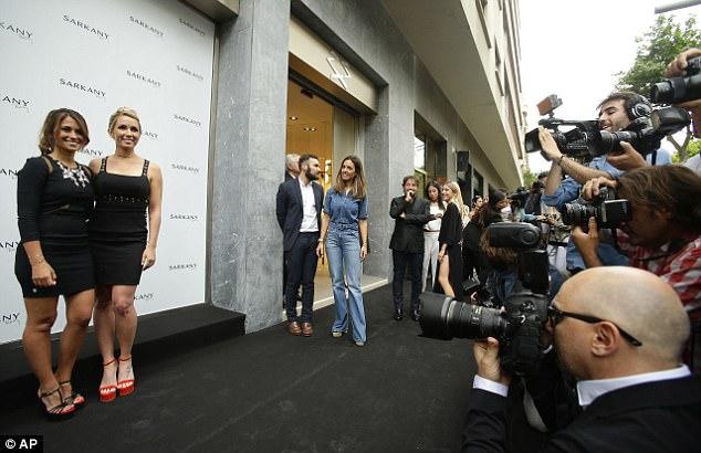 Messi sơ mi đóng thùng đến khai trương shop giày của Antonella và vợ Suarez - Ảnh 1.