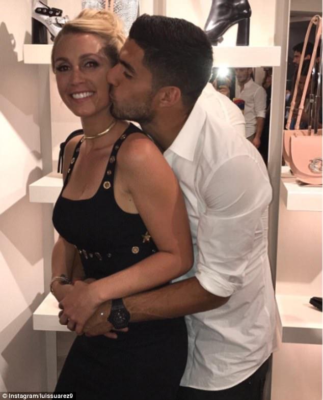 Messi sơ mi đóng thùng đến khai trương shop giày của Antonella và vợ Suarez - Ảnh 13.