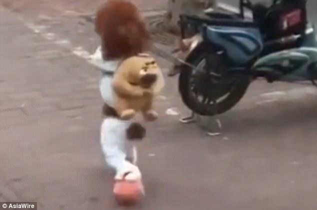 Nhìn em chó poodle biết đi bằng hai chân, ai cũng nghĩ là một đứa trẻ con - Ảnh 3.