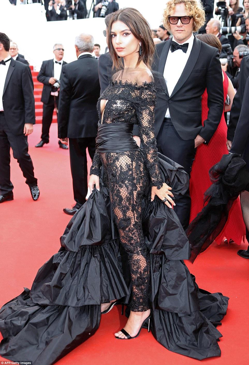 Chân dài người Séc hớ hênh nội y ngay giữa thảm đỏ LHP Cannes ngày 2 - Ảnh 8.