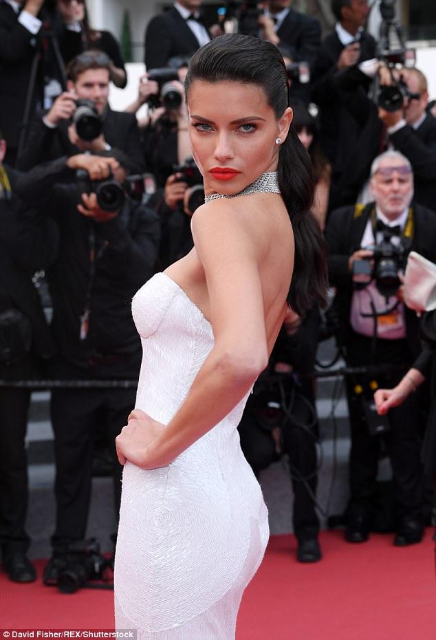 Chân dài người Séc hớ hênh nội y ngay giữa thảm đỏ LHP Cannes ngày 2 - Ảnh 4.