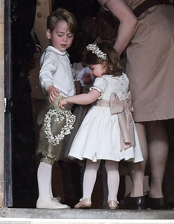 Hoàng tử nhí Anh Quốc bị mẹ mắng trong lễ cưới của dì ruột, vừa đi vừa khóc tu tu - Ảnh 1.