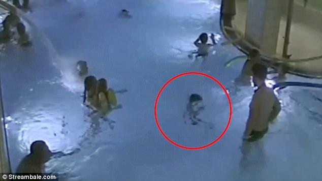 Khoảnh khắc đáng sợ bé trai 5 tuổi vật lộn vì gặp nạn trong bể bơi mà không một ai nhận ra - Ảnh 2.
