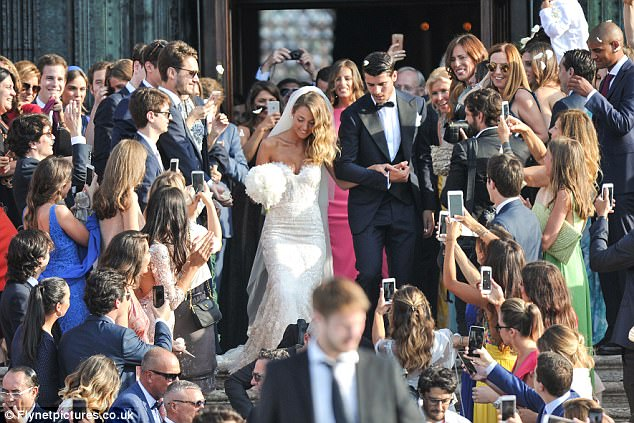 Morata hôn vợ đắm đuối trong lễ cưới đẹp như cổ tích ở Venice - Ảnh 1.