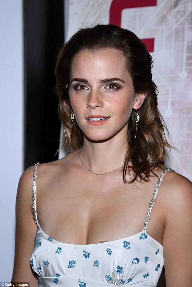 Diện váy quá trễ nải, Emma Watson hớ hênh cả miếng dán ngực trên thảm đỏ - Ảnh 2.