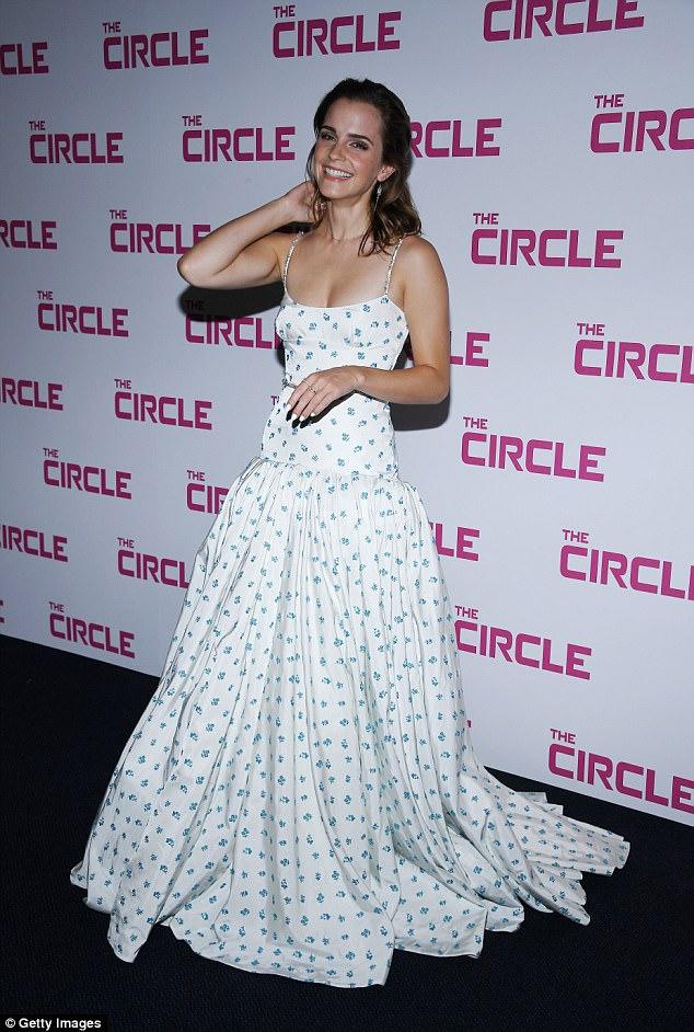 Diện váy quá trễ nải, Emma Watson hớ hênh cả miếng dán ngực trên thảm đỏ - Ảnh 5.