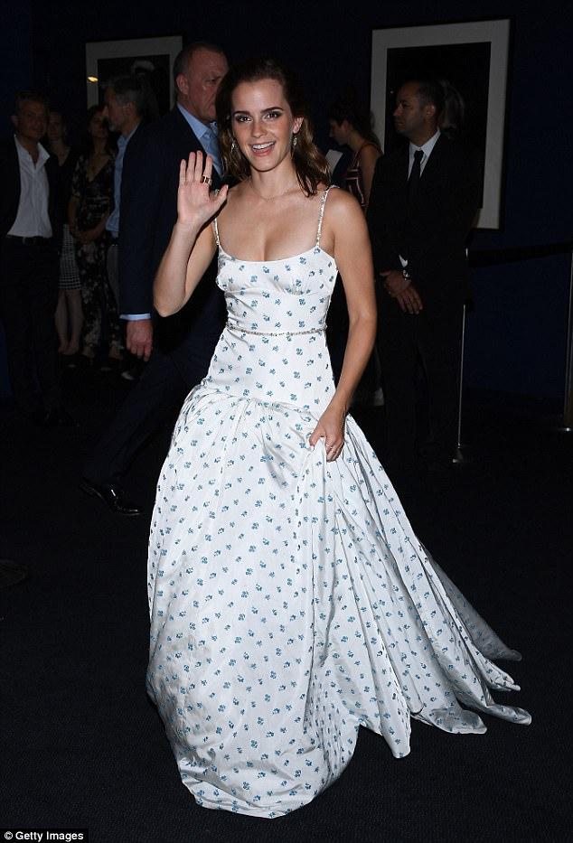 Diện váy quá trễ nải, Emma Watson hớ hênh cả miếng dán ngực trên thảm đỏ - Ảnh 6.