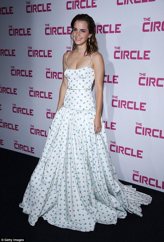 Diện váy quá trễ nải, Emma Watson hớ hênh cả miếng dán ngực trên thảm đỏ - Ảnh 1.