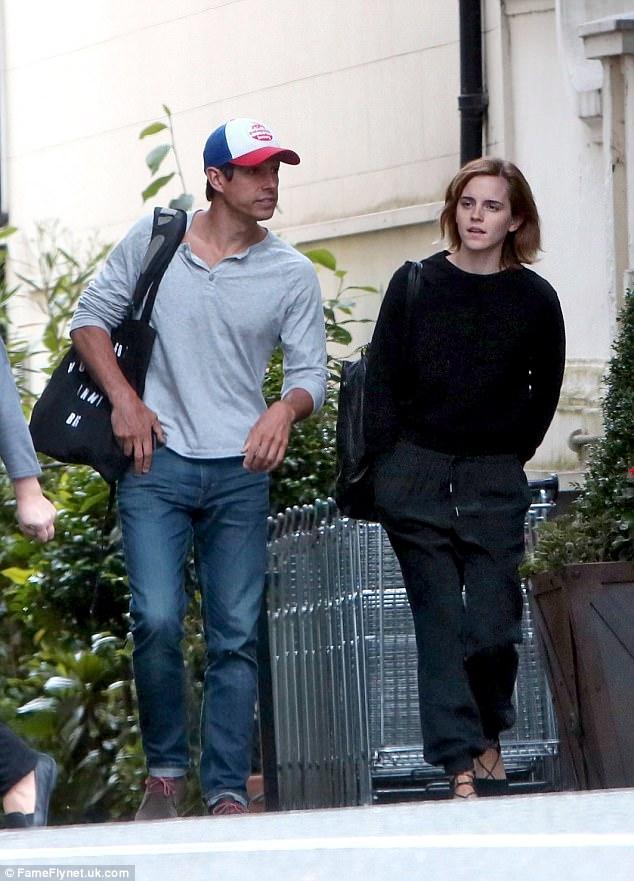 Diện váy quá trễ nải, Emma Watson hớ hênh cả miếng dán ngực trên thảm đỏ - Ảnh 10.