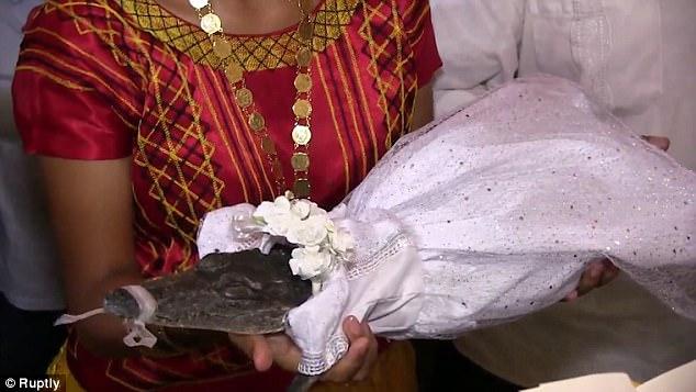 Đám cưới vui hết nấc của chú rể người và cô dâu cá sấu - Ảnh 3.