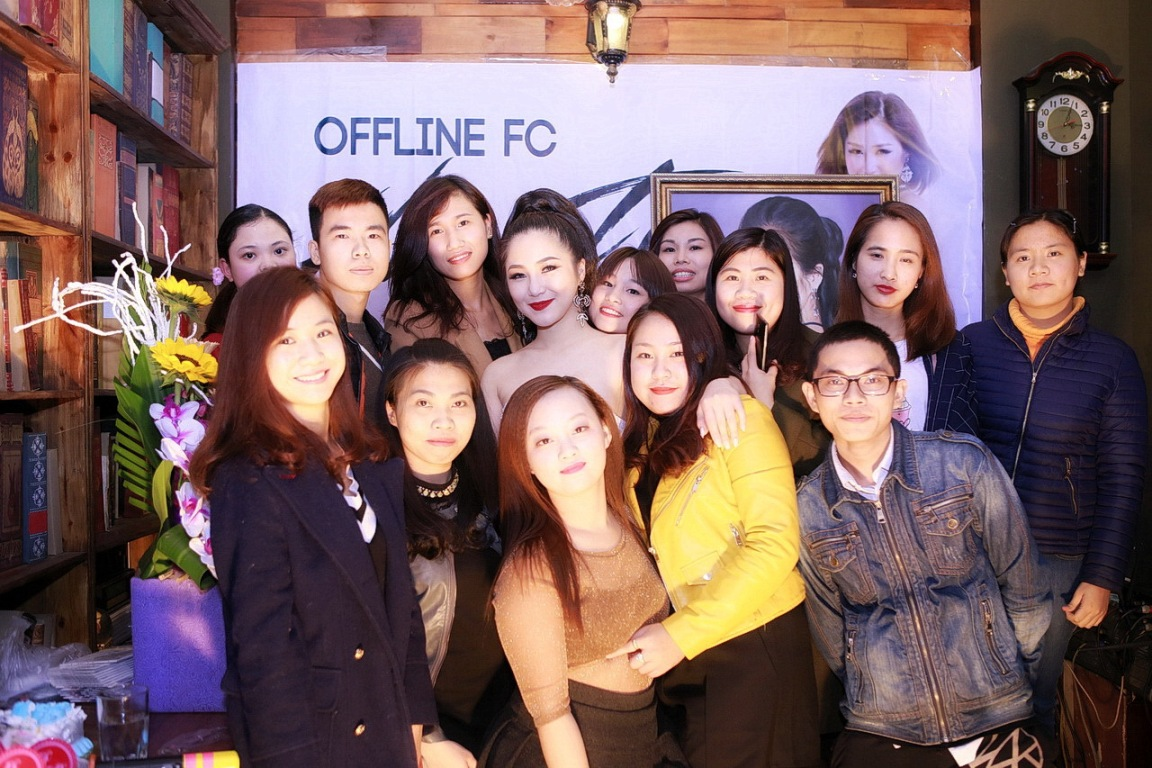 Hương Tràm diện váy quây gợi cảm, hạnh phúc khi được fan Hà Nội liên tục ôm hôn - Ảnh 3.
