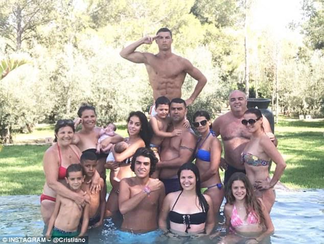 Tung ảnh đại gia đình, ngày Ronaldo cưới vợ đã không còn xa - Ảnh 1.