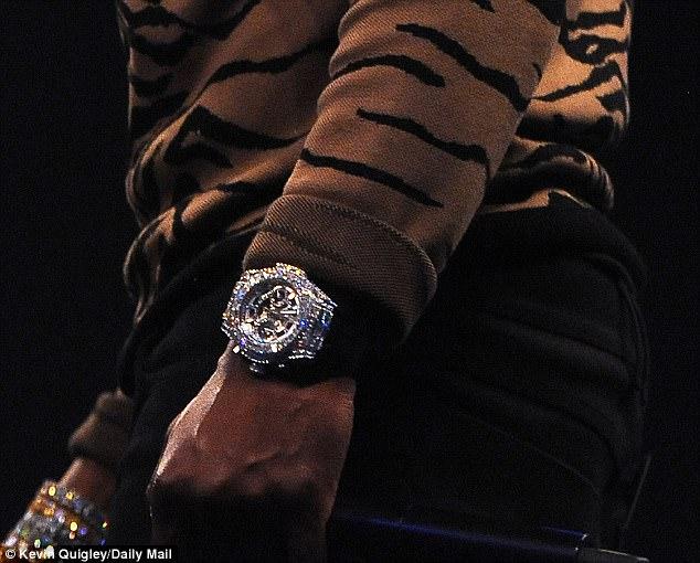 Mayweather khoe đồng hồ kim cương 1 triệu bảng trước mặt Mcgregor - Ảnh 1.