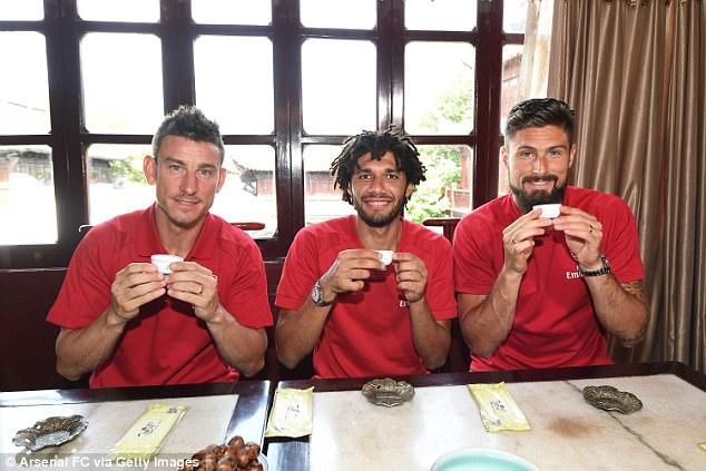 Sao Arsenal mặc áo lụa, tập múa võ cổ truyền Trung Quốc - Ảnh 6.