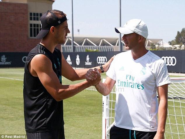 Morata và vợ xinh đặt chân đến London, chờ ký hợp đồng với Chelsea - Ảnh 3.