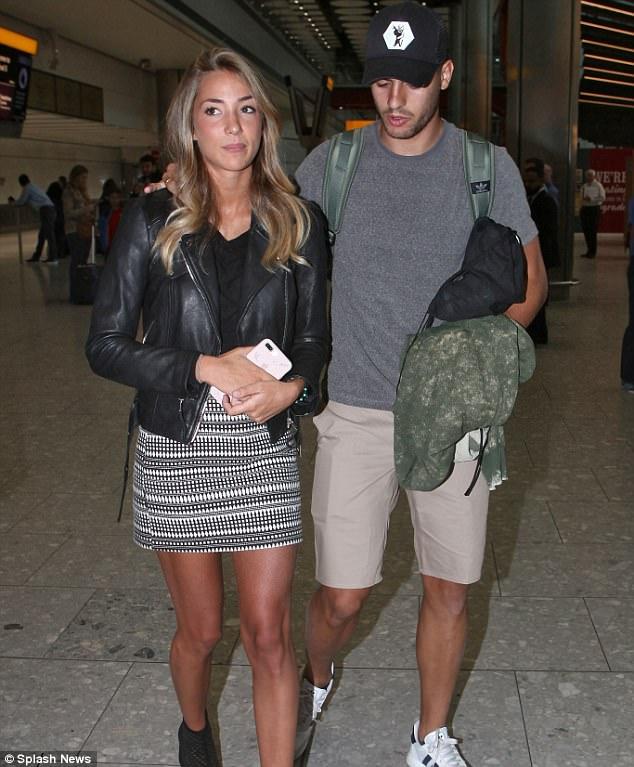 Morata và vợ xinh đặt chân đến London, chờ ký hợp đồng với Chelsea - Ảnh 1.