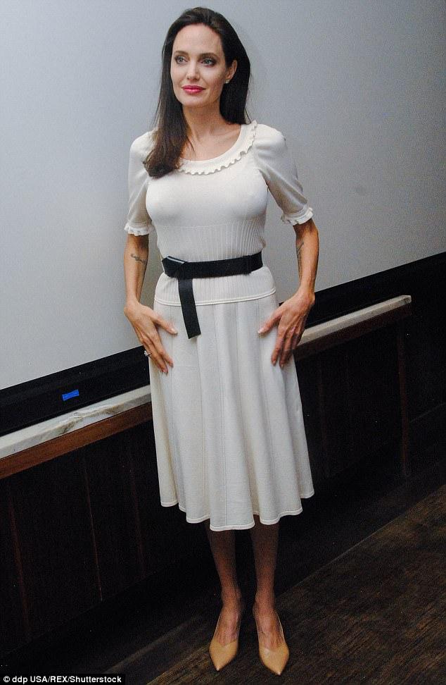 Angelina Jolie lộ cánh tay gầy như da bọc xương và úp mở chuyện đang hóa trị - Ảnh 1.