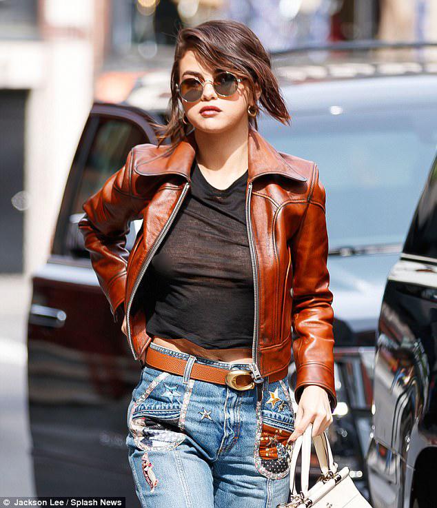 Selena Gomez diện áo mỏng tang hớ hênh vòng 1 mà vẫn không gây phản cảm vì quá đẹp - Ảnh 1.