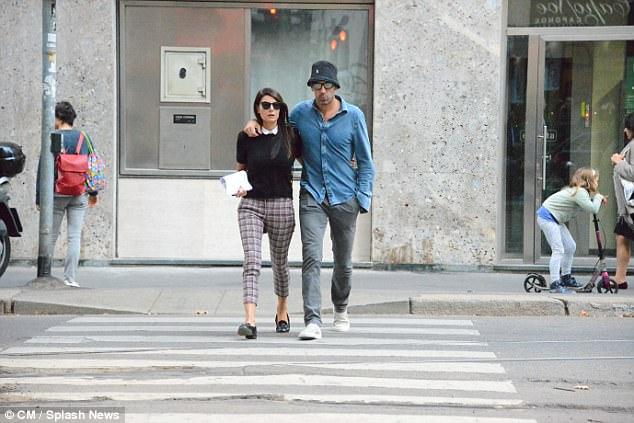 Thủ môn Buffon sành điệu, dạo bước trên phố với hôn thê xinh đẹp - Ảnh 4.