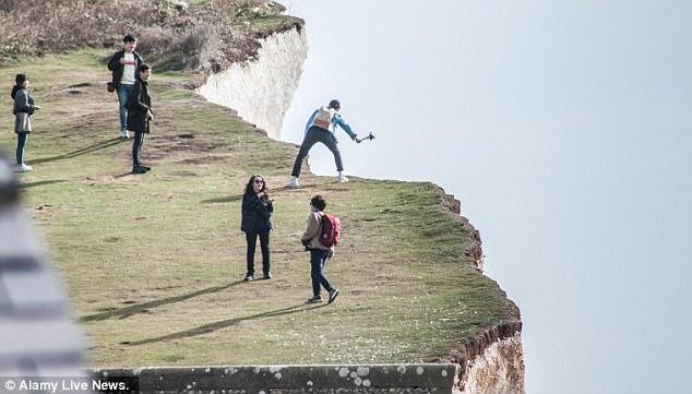 Liều mạng chụp ảnh bay ngay sát bờ đá, nữ sinh Hàn Quốc rơi xuống vách núi 70m tử vong - Ảnh 2.