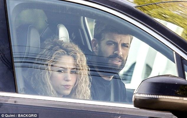 Shakira mang mặt nạ gợi cảm, ôm chặt trung vệ Pique - Ảnh 2.