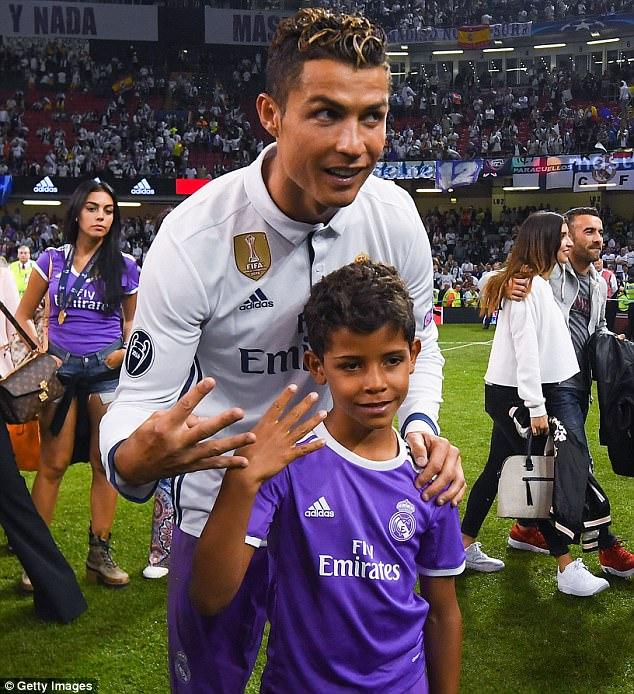Gần 9 triệu người xem clip con trai Ronaldo lập siêu phẩm sút xa - Ảnh 3.