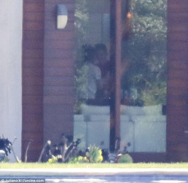 Lộ thêm ảnh Selena ở trong nhà Justin, The Weeknd cho thấy dấu hiệu có thể đã chia tay nữ ca sĩ - Ảnh 5.