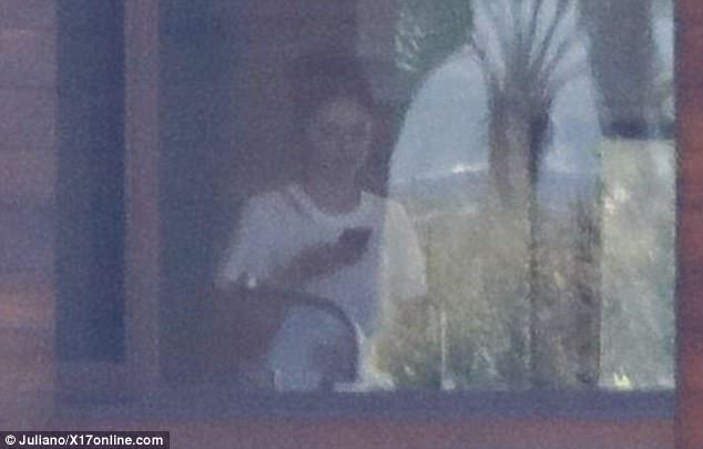 Lộ thêm ảnh Selena ở trong nhà Justin, The Weeknd cho thấy dấu hiệu có thể đã chia tay nữ ca sĩ - Ảnh 1.