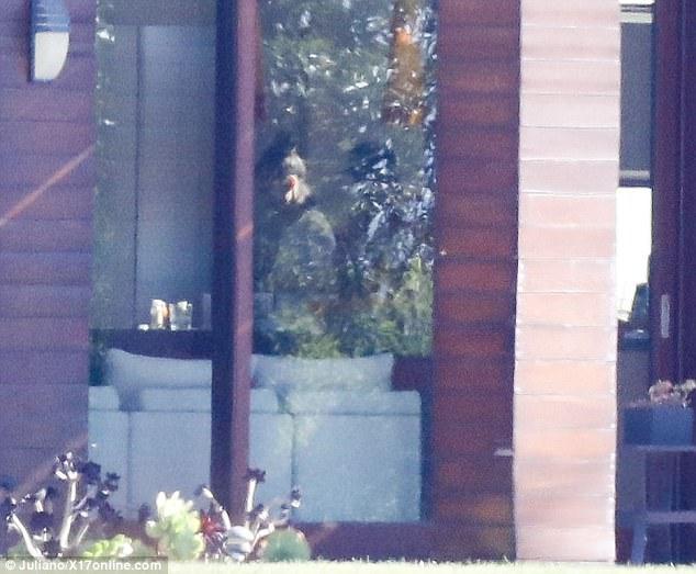 Lộ thêm ảnh Selena ở trong nhà Justin, The Weeknd cho thấy dấu hiệu có thể đã chia tay nữ ca sĩ - Ảnh 7.