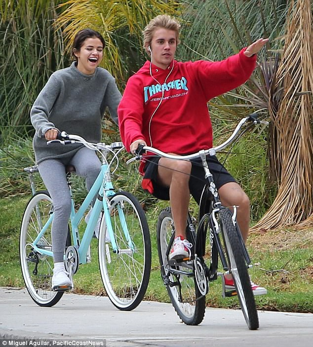 Selena Gomez diện áo ngắn khoe body sau khi tái hợp Justin Bieber - Ảnh 9.