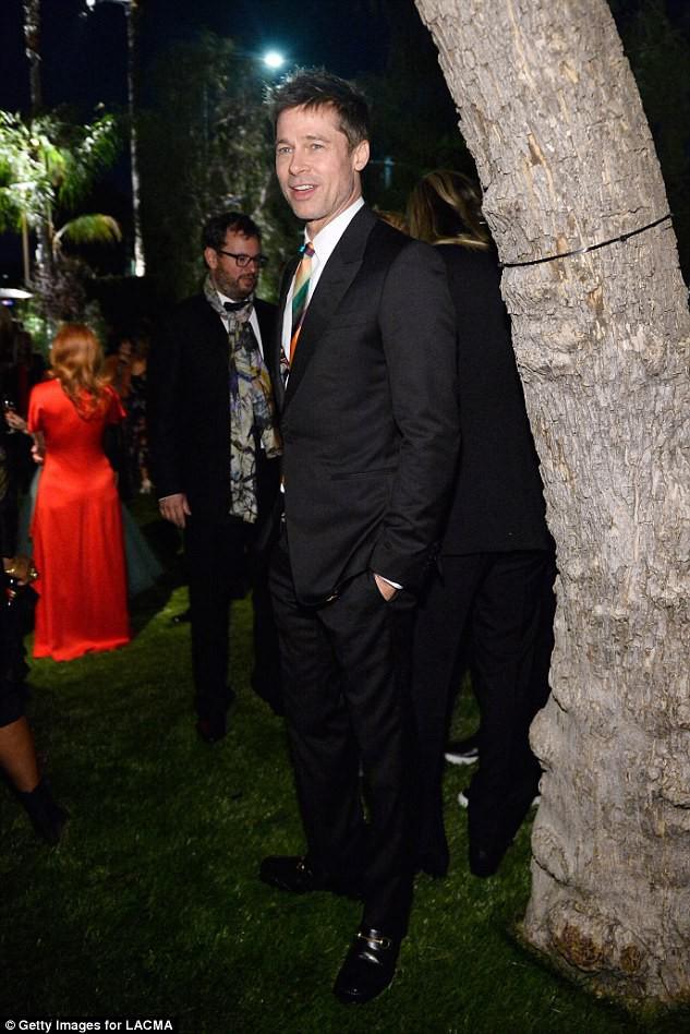 Sau ly dị, Angelina Jolie đẹp lộng lẫy bao nhiêu, Brad Pitt lại xuống mã và già nua bấy nhiêu - Ảnh 11.