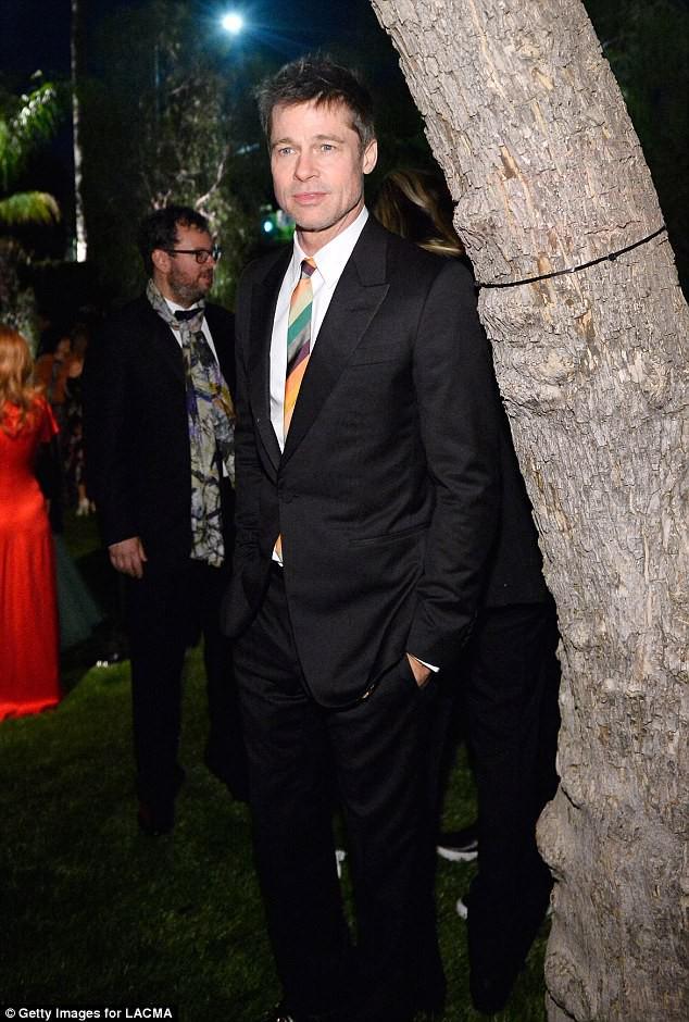 Sau ly dị, Angelina Jolie đẹp lộng lẫy bao nhiêu, Brad Pitt lại xuống mã và già nua bấy nhiêu - Ảnh 8.