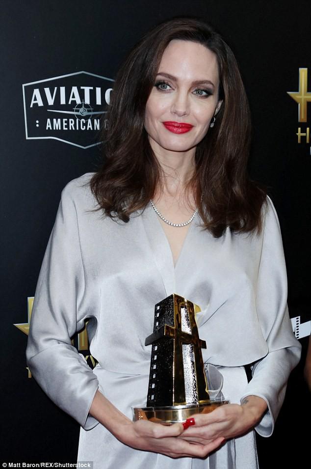 Sau ly dị, Angelina Jolie đẹp lộng lẫy bao nhiêu, Brad Pitt lại xuống mã và già nua bấy nhiêu - Ảnh 7.