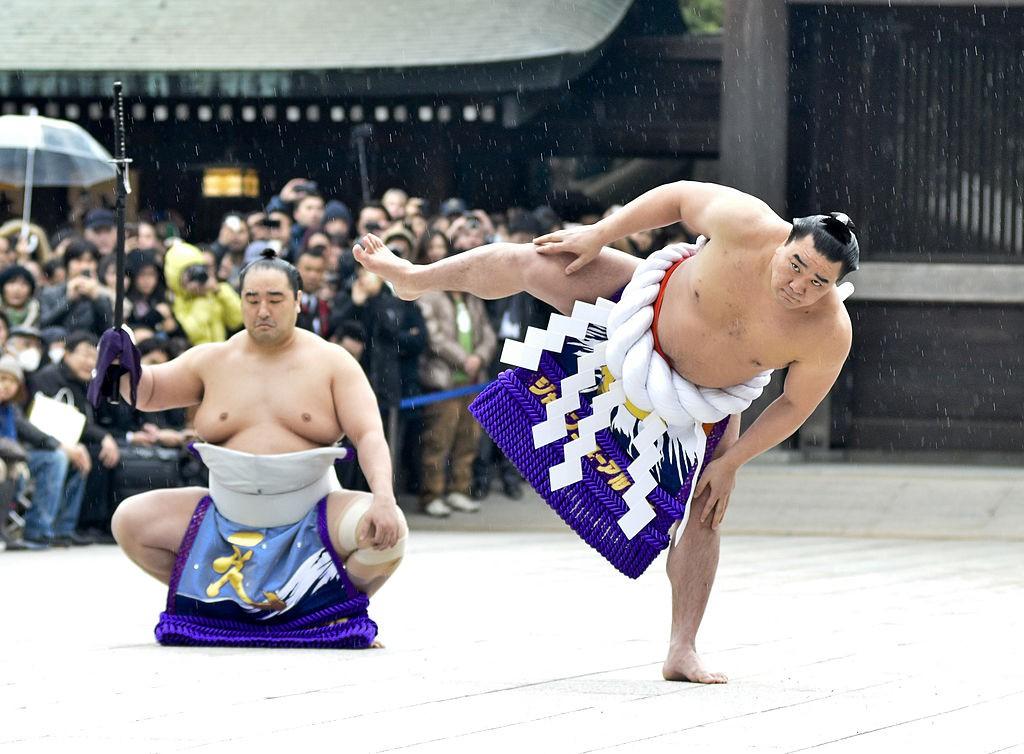 Huyền thoại làng Sumo Nhật Bản đánh vỡ sọ đồng nghiệp bằng chai bia
