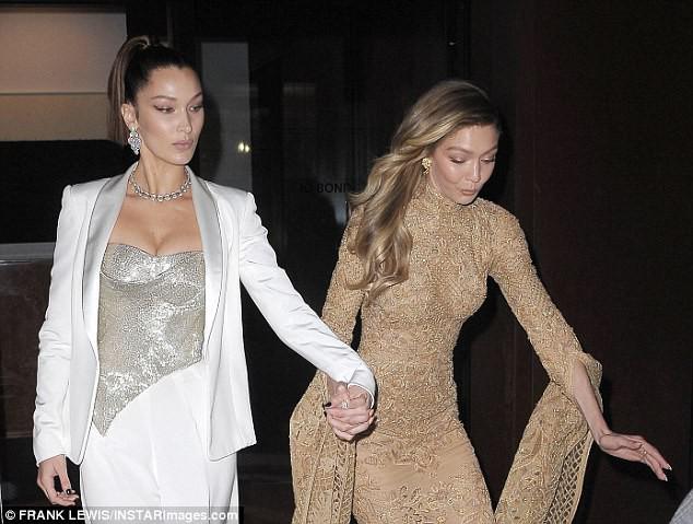 Vì diện bộ đầm dài siêu lộng lẫy, Gigi Hadid phải trả giá bằng màn suýt ngã sấp mặt trên phố - Ảnh 4.