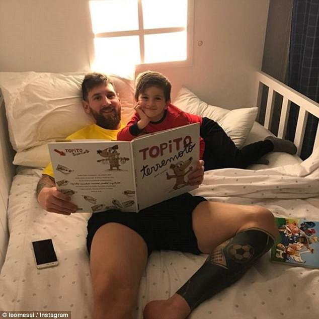 Messi chơi game FIFA 18, đọc sách cho cậu cả Thiago