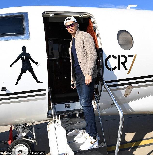 Gia đình Ronaldo đổ bộ Paris, chờ nhận Quả bóng vàng 2017 - Ảnh 2.