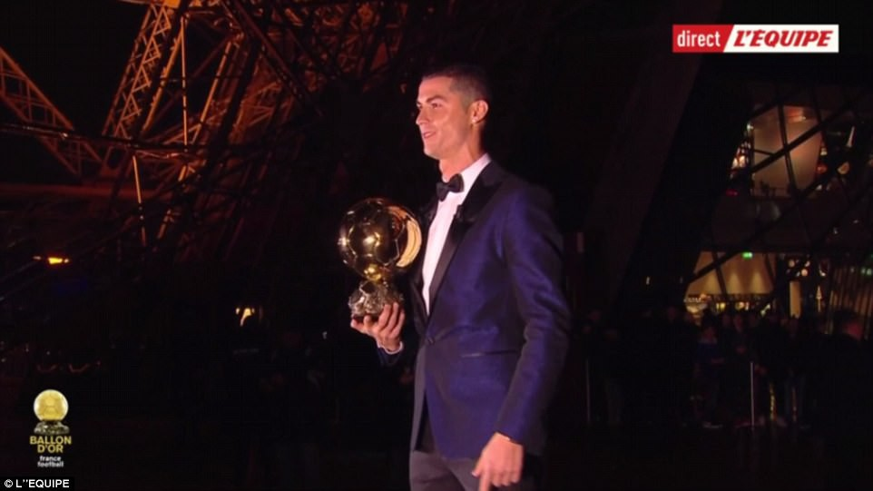 Ronaldo nói gì sau khi cân bằng kỷ lục giành 5 Quả bóng vàng của Messi? 2