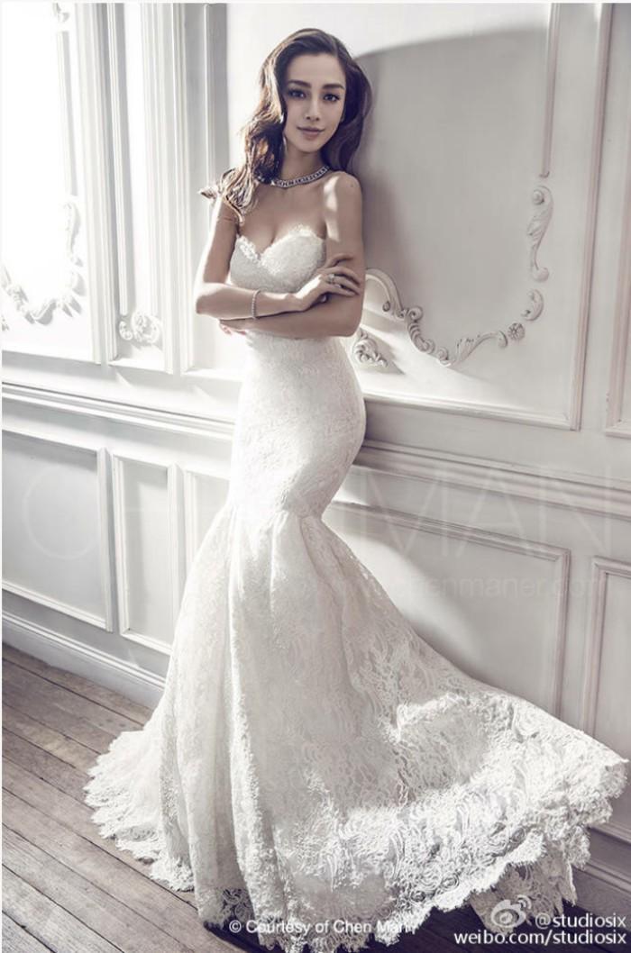 Cuộc chiến nhan sắc: Angela Baby - Địch Lệ Nhiệt Ba cùng mặc váy cưới: Ai đẹp xuất sắc hơn ai?