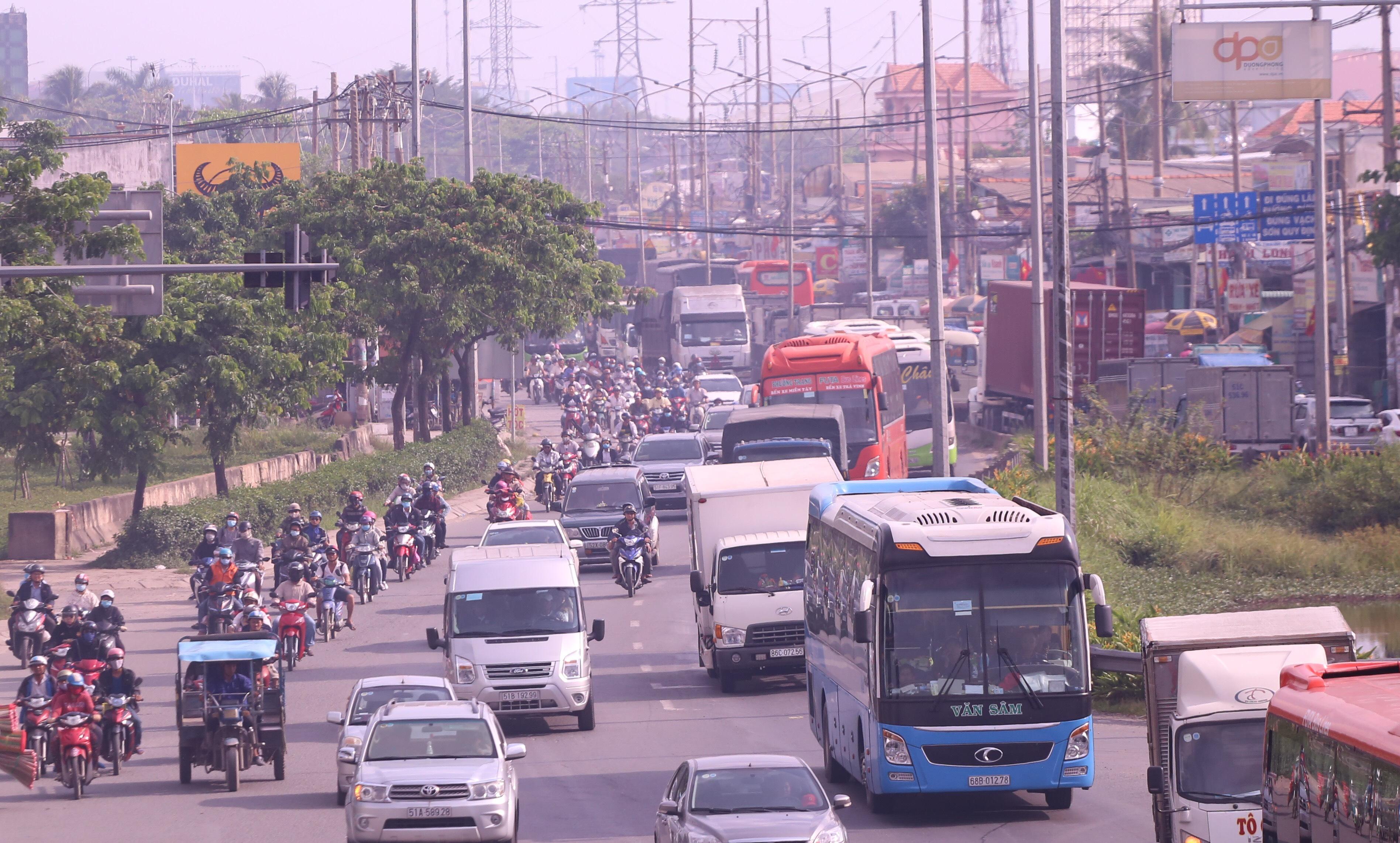 Kết thúc kỳ nghỉ lễ, người dân lỉnh kỉnh đồ đạc, mang theo trẻ nhỏ ùn ùn trở lại Hà Nội và Sài Gòn - Ảnh 20.