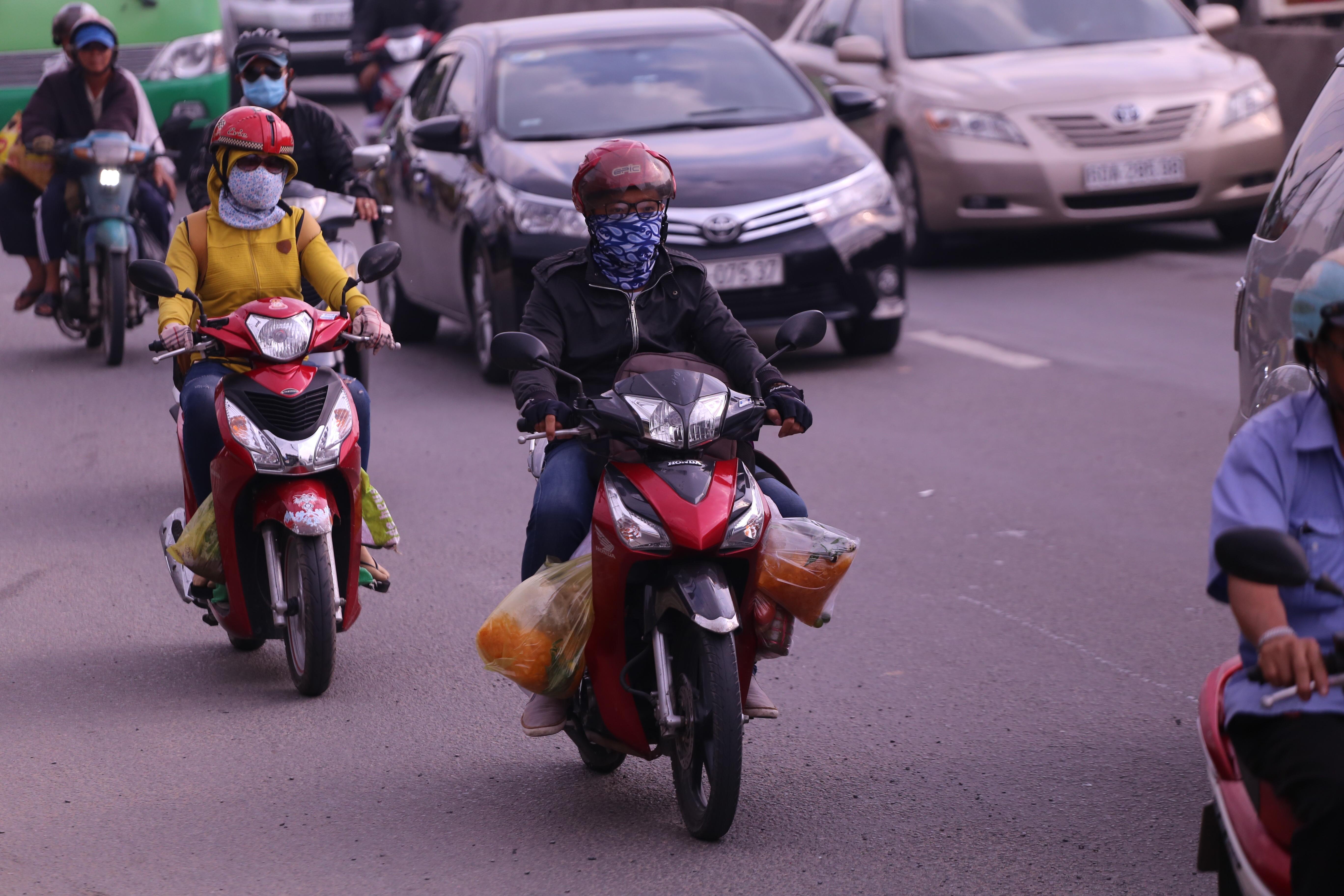 Kết thúc kỳ nghỉ lễ, người dân lỉnh kỉnh đồ đạc, mang theo trẻ nhỏ ùn ùn trở lại Hà Nội và Sài Gòn - Ảnh 23.