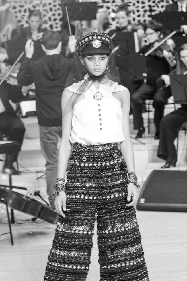 Chanel Metier dArt Show 2018: Tráng lệ nhưng tràn ngập tinh thần trẻ trung, mũ thủy thủ chưa bao giờ sang chảnh đến thế - Ảnh 18.