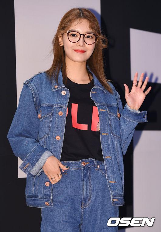 Ăn vận trẻ trung dự Seoul Fashion Week, Sooyoung được ví dễ thương như nhân vật truyện tranh Arale - Ảnh 5.
