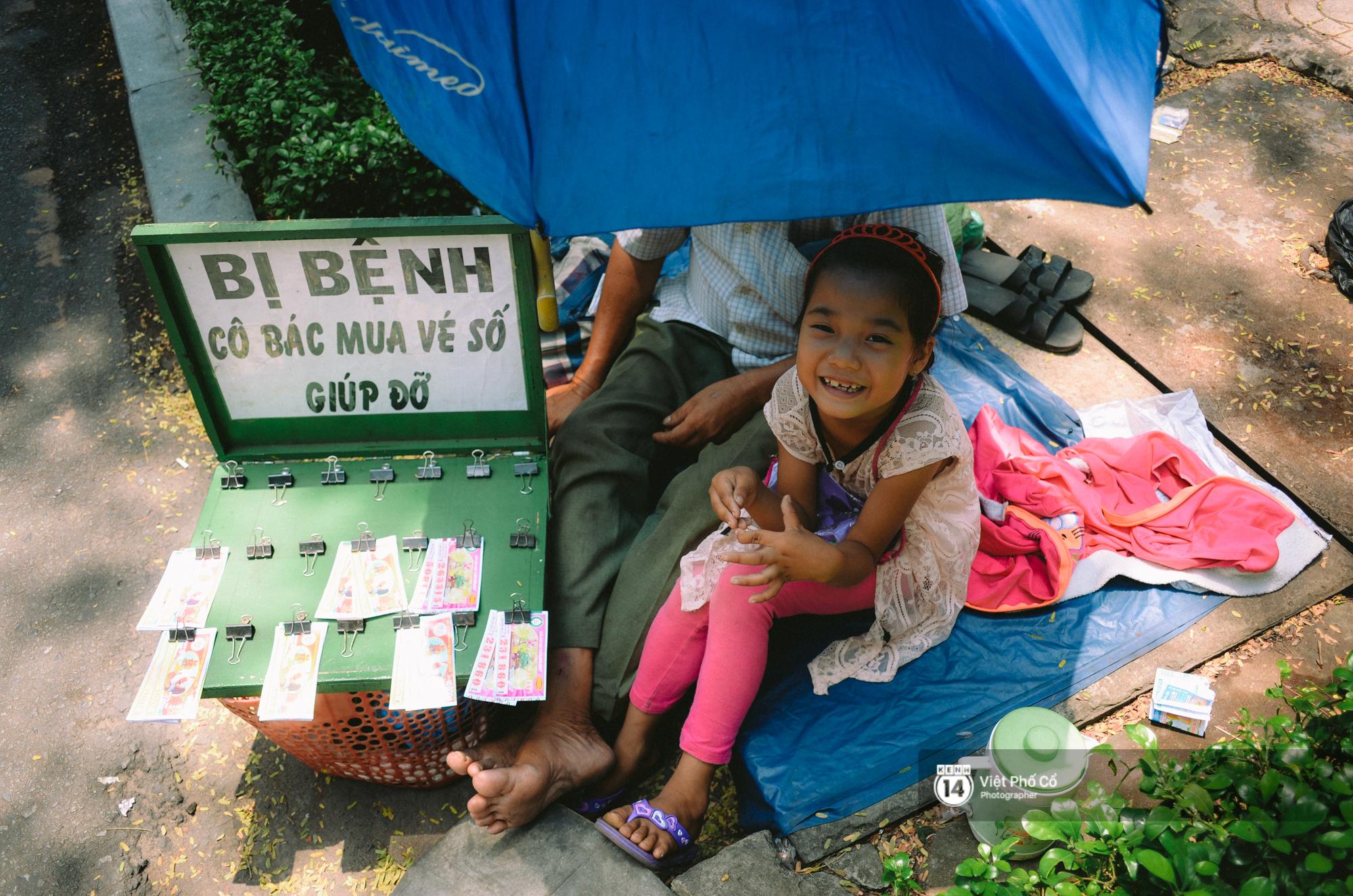 Gia đình vé số Sài Gòn: Ba mẹ ăn chuối luộc thay cơm, hai con gái không biết đến thịt cá - Ảnh 3.