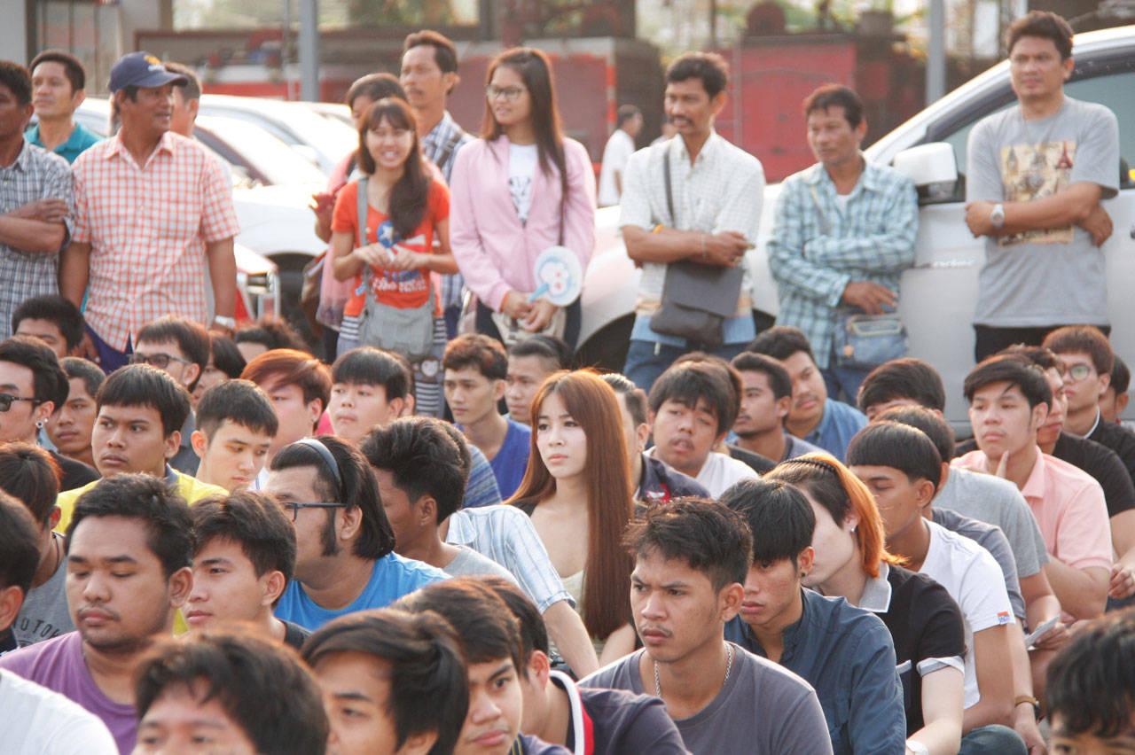 Vẻ đẹp khó cưỡng của những bóng hồng chuyển giới trong đợt tuyển nghĩa vụ quân sự Thái Lan - Ảnh 2.
