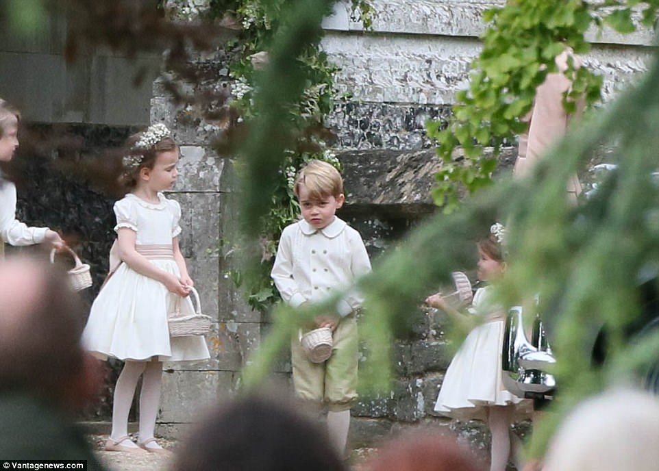 Hoàng tử nhí Anh Quốc bị mẹ mắng trong lễ cưới của dì ruột, vừa đi vừa khóc tu tu - Ảnh 7.