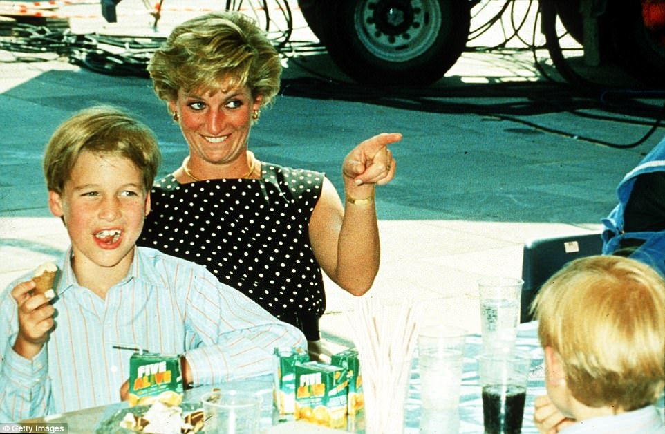 Chùm ảnh: Những khoảnh khắc hạnh phúc và ngọt ngào của Công nương Diana bên các con - Ảnh 8.