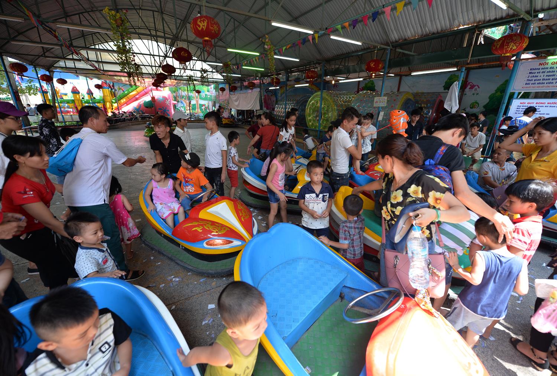 Chùm ảnh: Biển người đổ về khu vui chơi ở Hà Nội trong ngày đầu nghỉ lễ Quốc khánh - Ảnh 5.